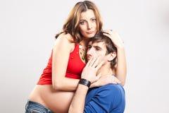 женщина человека embrace супоросая сотрястенная Стоковое Фото