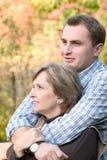женщина человека embraces стоковая фотография