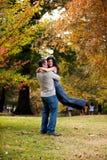 женщина человека hug стоковые изображения