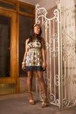 женщина черного входа платья джинсовой ткани стоящая стоковая фотография rf