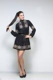 женщина черного платья сексуальная Длинние ноги Стоковые Фото