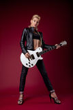 женщина черного утеса игры кожи гитары сексуальная стоковое изображение