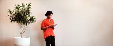 Женщина черноты в поддержку зеленой устойчивости используя таблетку стоковое изображение rf