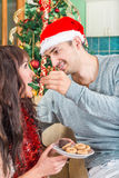 Женщина человека подавая с сладостными печеньями или тортом от плиты Стоковое Изображение RF