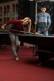 Женщина человека уча как сыграть бассейн Стоковые Изображения RF