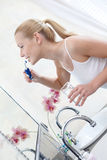 Женщина чистит ее зубы щеткой для того чтобы держать его здорово Стоковые Фото