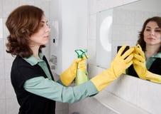 женщина чистки ванной комнаты Стоковое Изображение
