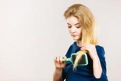 Женщина чистя ее длинные волосы щеткой с щеткой Стоковые Фото