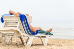 Женщина читает книгу на пляже стоковое изображение rf