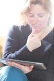 Женщина читает на компьютере Стоковая Фотография