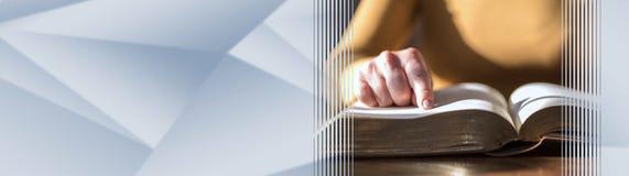 Женщина читая библию, трудный свет знамя панорамное стоковое фото rf