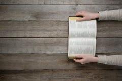 Женщина читая библию в темноте Стоковая Фотография