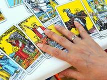 Женщина читая будущее и удачу в карточках tarot стоковое изображение