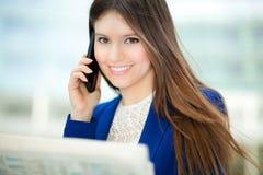 Женщина читая газету стоковые фотографии rf