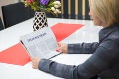 Женщина читая газету Стоковое Изображение RF
