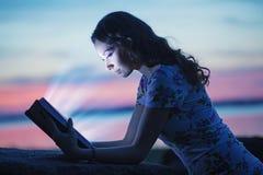 Женщина читая интересную книгу Стоковое Фото