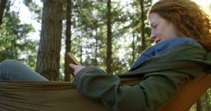 Женщина читая книгу в лесе 4k акции видеоматериалы