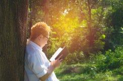 Женщина читая книгу наслаждается руки женщины остатков держа книгу Стоковое фото RF