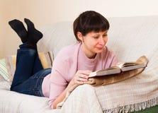 Женщина читая книгу Стоковое Изображение RF