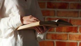 Женщина читая книгу видеоматериал