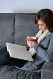 Женщина читая книгу стоковая фотография