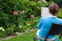 Женщина читая книгу Стоковые Фото