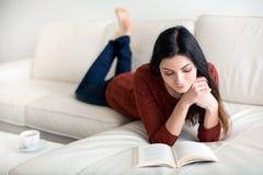 Женщина читая книгу Стоковое Изображение