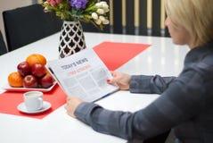 Женщина читая о кибер атаках Стоковая Фотография