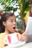 женщина чтения газеты кафа стоковое фото rf