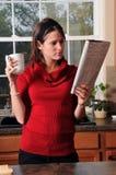 женщина чтения газеты Стоковая Фотография