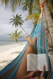 женщина чтения гамака стоковые изображения rf