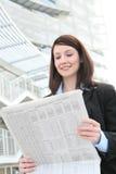 женщина чтения деловых новостей Стоковое Изображение