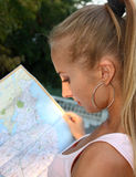 женщина чтения карты Стоковое Изображение RF
