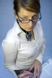женщина чтения кассеты дела Стоковое Фото