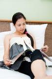 женщина чтения кассеты Стоковое фото RF