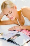 женщина чтения кассеты Стоковое Фото