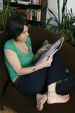 женщина чтения кассеты стоковое изображение rf