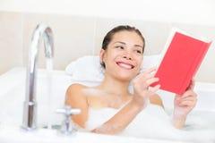 женщина чтения книги ванны Стоковая Фотография