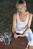 женщина чтения книги милая Стоковая Фотография RF