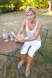 женщина чтения книги милая Стоковые Фото