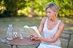 женщина чтения книги милая Стоковые Изображения