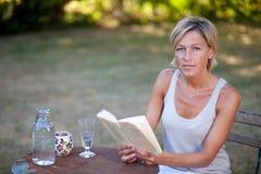 женщина чтения книги милая Стоковые Изображения RF