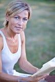 женщина чтения книги милая Стоковое фото RF