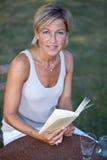 женщина чтения книги милая Стоковое Изображение