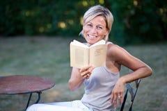 женщина чтения книги милая Стоковая Фотография