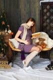 женщина чтения книги супоросая Стоковые Изображения
