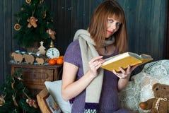 женщина чтения книги супоросая Стоковая Фотография RF