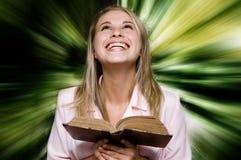 женщина чтения книги стоковые фото