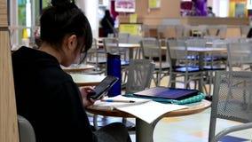 женщина чтения мобильного телефона сообщения видеоматериал