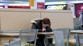 женщина чтения мобильного телефона сообщения сток-видео